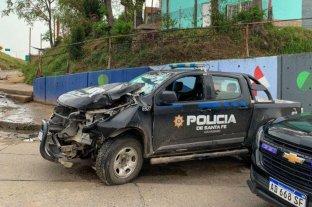 Rosario: una patrulla policial chocó contra una columna de alumbrado