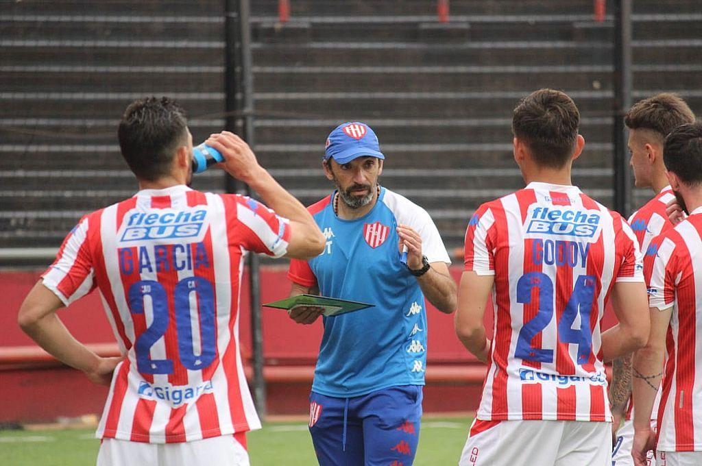 El Vasco Azconzábal imparte las indicaciones a los jugadores que afrontaron el segundo de los partidos de este sábado en el Coloso del Parque. Crédito: Gentileza Prensa Unión