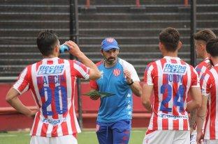 La mesura del Vasco y el protocolo de Corvalán - El Vasco Azconzábal imparte las indicaciones a los jugadores que afrontaron el segundo de los partidos de este sábado en el Coloso del Parque. -
