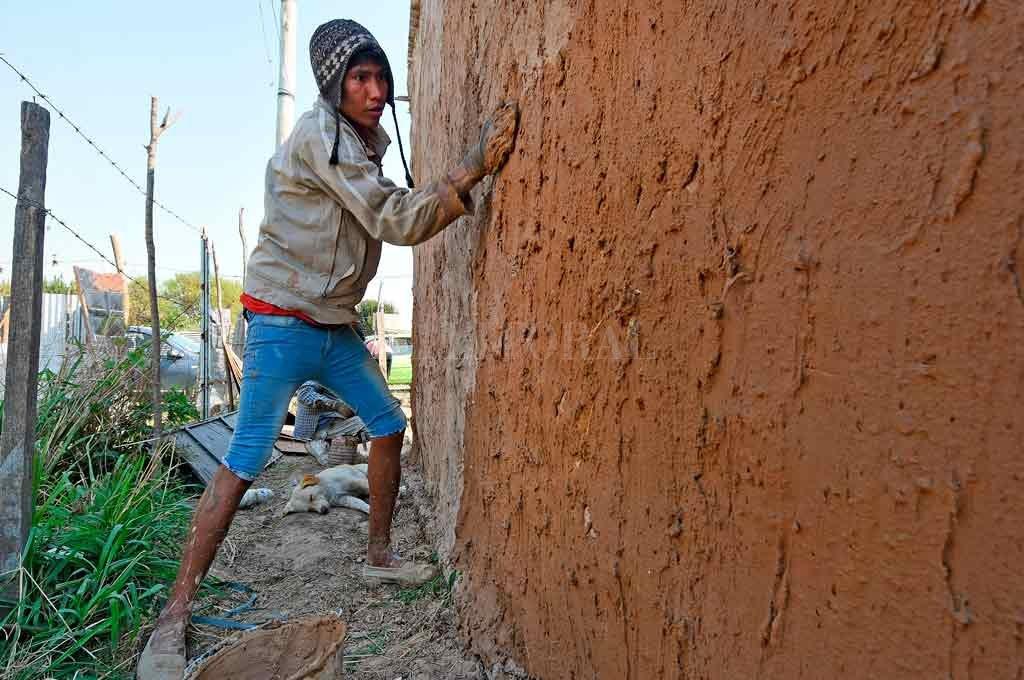 Ariel. Uno de los cinco jóvenes Qom que levantan su casa con técnicas de bioconstrucción. Crédito: Pablo Aguirre