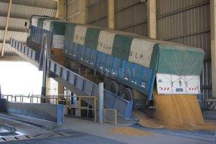 Sólo un tercio de camiones descarga granos en el sur santafesino por un paro de URGARA