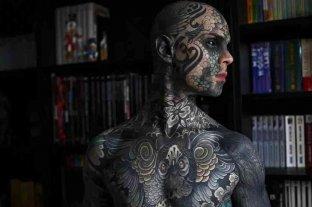 Un profesor de primaria tatuado hasta el blanco de los ojos causa estupor en Francia