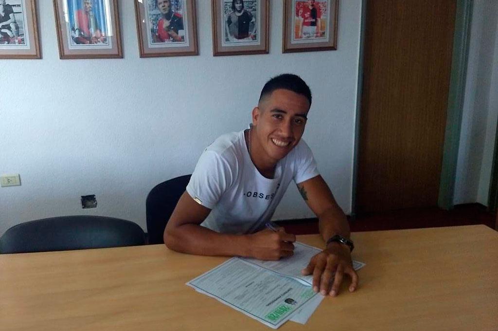 Ni siquiera tiene dos años esta foto, que es la firma del primer contrato de un jugador surgido de las inferiores: Franco Quiroz. Crédito: Gentileza Club Colón