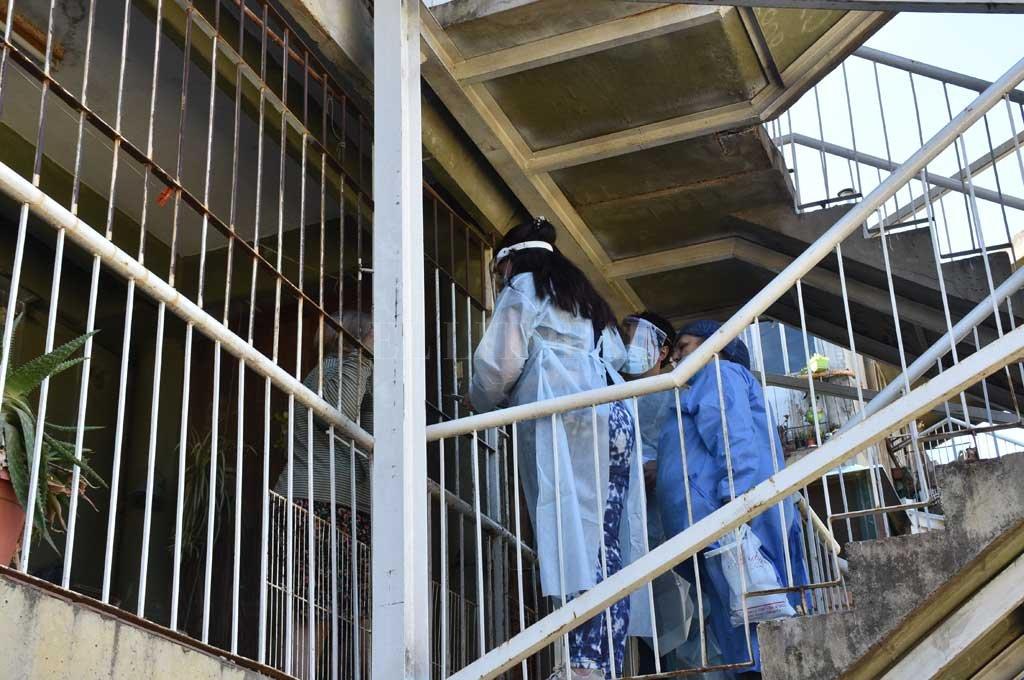 Buscan contagios de Covid en Fonavi Centenario - Puerta a puerta. El personal de salud recorrió el Fonavi Centenario e hisopó a personas con síntomas compatibles con Covid-19. -
