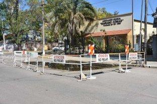 Otra vez se hundió el pavimento  frente a la Vecinal Mariano Comas - Precaución. Quienes transiten la zona deberán tener en cuenta este vallado preventivo colocado por el Municipio. -
