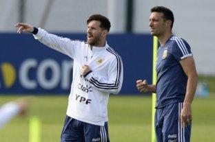 """La idea es que Messi """"tenga dos jugadores por delante"""", aseguró Lionel Scaloni"""