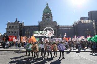 Miles de personas participaron del pañuelazo virtual en reclamo por el aborto legal en el país -  -