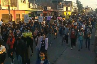Denuncian represión policial en una multitudinaria marcha por el crimen de Iara Rueda