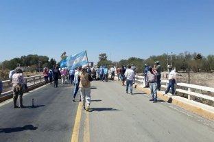 Productores realizan un bloqueo total en San Luis en rechazo a las restricciones para circular