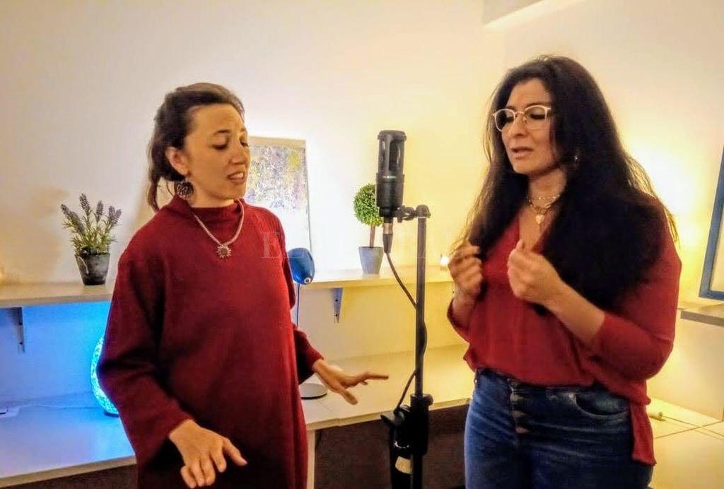 Solís y Pelegri compartiendo el micrófono: al comienzo fue cada una por su lado, escuchando en cada casa las grabaciones de la otra. Crédito: Gentileza producción