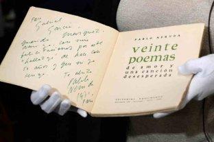 Subastan una colección de manuscritos y objetos personales de Pablo Neruda