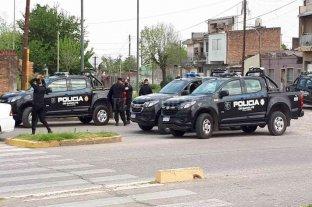 """Tras un crimen se desató una """"guerra"""" en San Pantaleón - Personal policial llegó en gran número hasta las inmediaciones del Cementerio Municipal donde se desarrollaron los incidentes. -"""