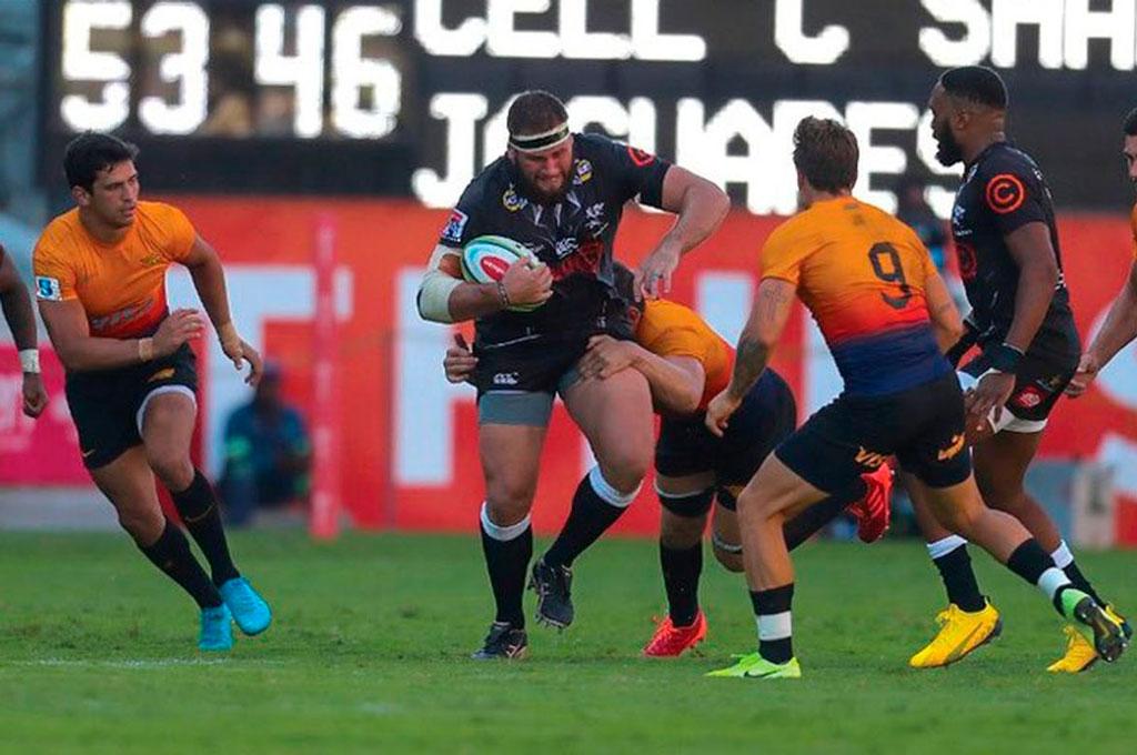 ¿Nunca más...? Imagen de uno de los tantos partidos que Jaguares protagonizó junto a Sharks, una de las principales franquicias sudafricanas, en el historial del cancelado Super Rugby. Crédito: Archivo