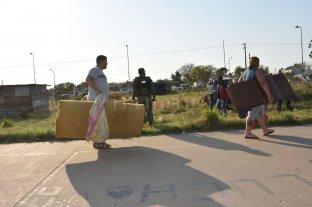Desalojaron a los ocupantes de los terrenos detrás del CIC de F. Zuviría - A otra parte. Las familias que abandonaron los ranchos habían llegado en febrero al lugar. -