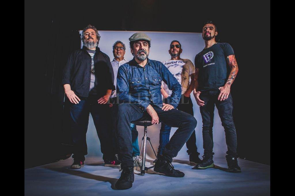 Tapia al frente, escoltado por Gustavo Ginoi (guitarras), Juan Carlos Tordó (batería), Claudio Cannavo (bajo) y Gastón Picazo (teclados) Crédito: Gentileza Martín Rissetto