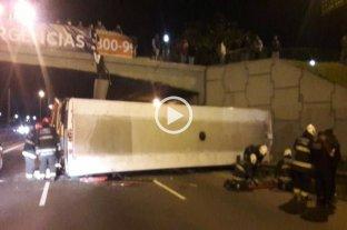 Buenos Aires: un colectivo urbano cayó de un puente sobre la General Paz