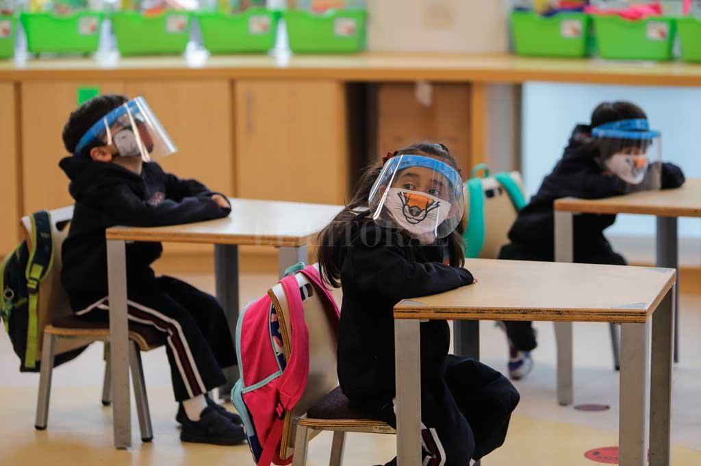 En Colombia, los alumnos van con máscaras de plástico a la escuela Crédito: Agencia Xinhua