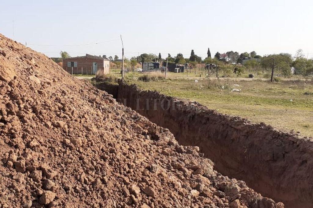 Como en la edad media. El dueño del predio mandó a cavar un profundo zanjón, como último intento para frenar las usurpaciones. Crédito: Gentileza