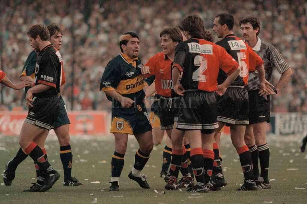 El momento de mayor efervescencia dentro del partido, Maradona y Toresani en plena discusión y Lamolina observando. Crédito: Archivo