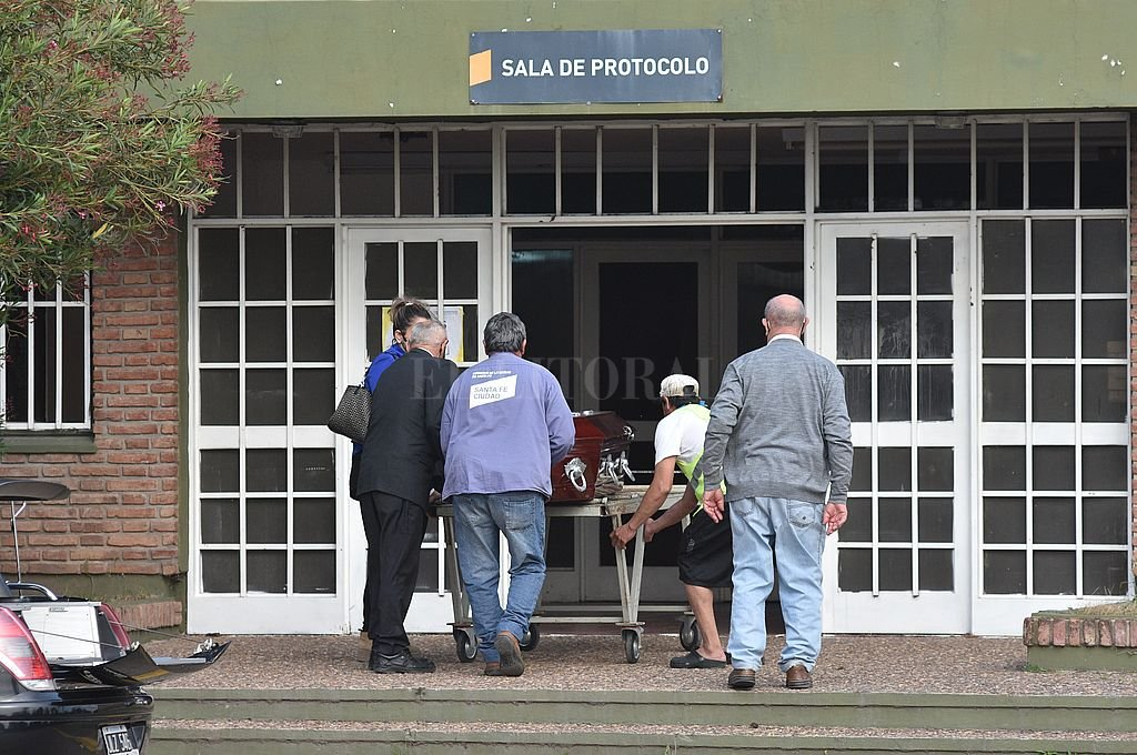 Último adiós. La pandemia y ahora el paro municipal trastocan los hábitos de las despedidas de los seres queridos. Crédito: Guillermo Di Salvatore