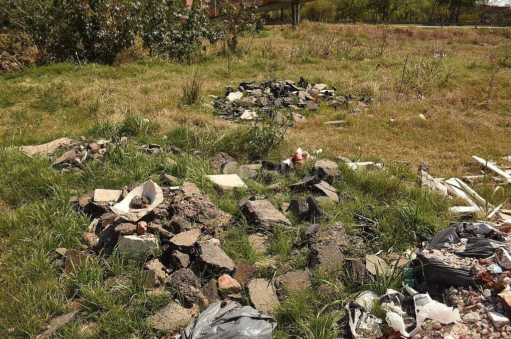 Penoso. Las placas de mármol y los restos de los recordatorios entre los escombros. Crédito: Flavio Raina