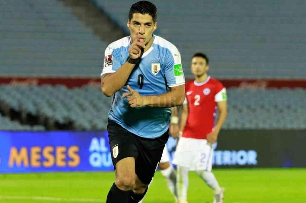 Luis Suárez siempre está presente en la red rival: esta vez anotó la apertura para el charrúa, desde el punto penal. Crédito: Gentileza