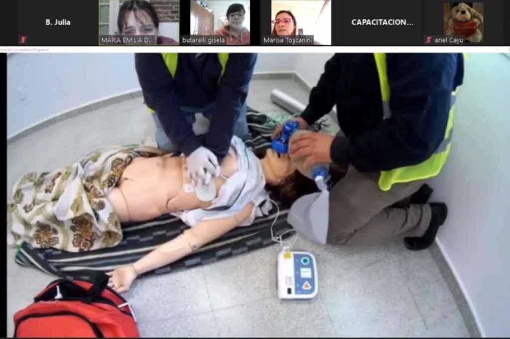 Los alumnos practican en modo virtual reanimación cardiopulmonar y también evaluaciones clínicas a través de la toma de signos vitales.    Crédito: Gentileza