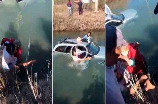 Impactante rescate de tres mujeres que cayeron a un canal de riego en Cipolletti