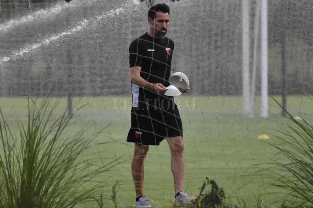 Domínguez prefiere prácticas internas de fútbol y no se desespera por conseguir rivales para jugar amistosos.  Crédito: Mauricio Garín