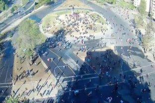 Manifestantes chilenos expulsan a carabineros de la Plaza Baquedano