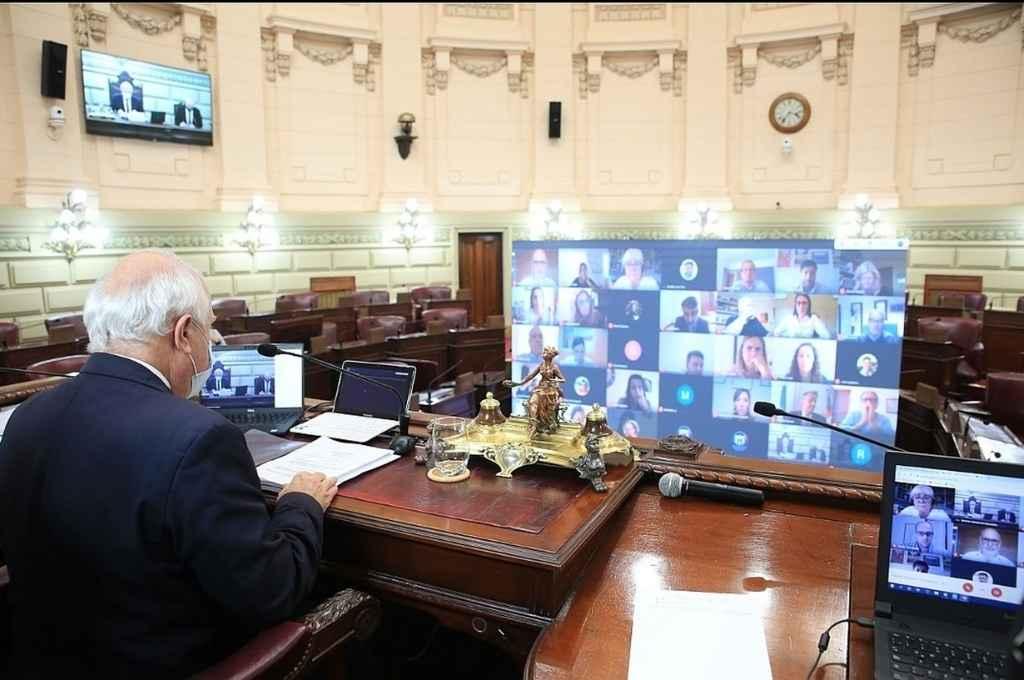 Lifschitz en el recinto con los legisladores en las pantallas.   Crédito: Cámara de Diputados