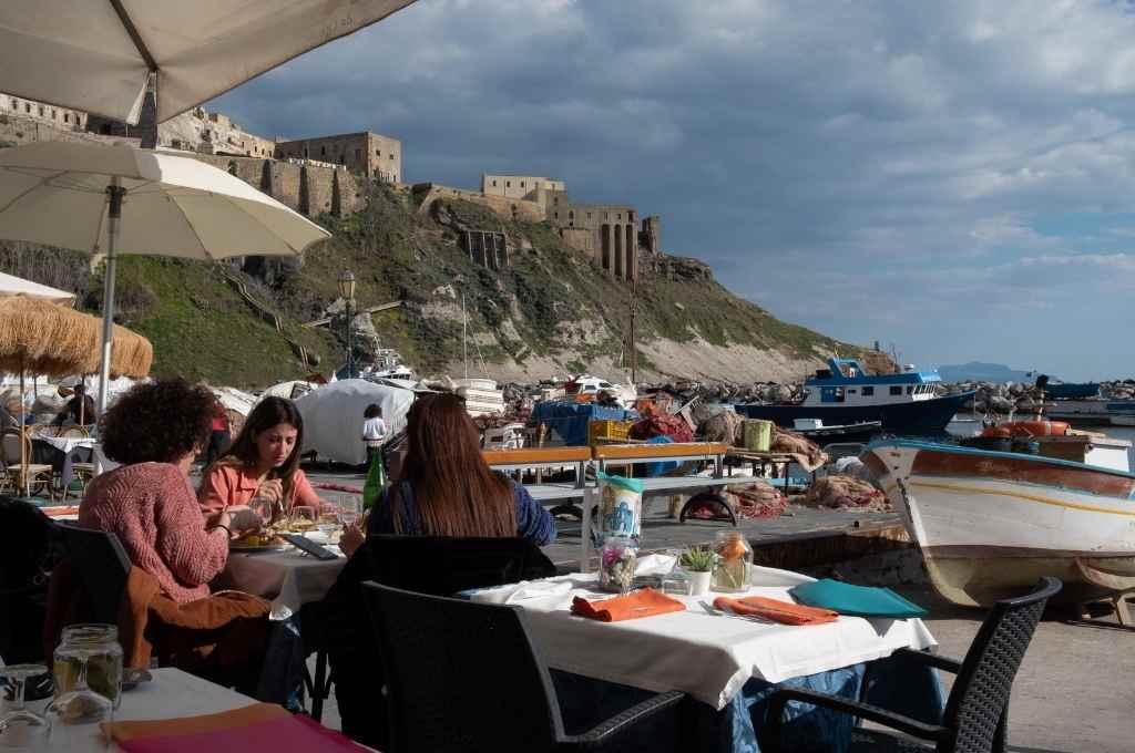 El 18 de mayo se dispuso la reapertura de negocios minoristas, playas, bares, y peluquerías en todo el país y desde el 3 de junio se permiten los desplazamientos entre las 19 regiones de Italia.    Crédito: Archivo/Télam