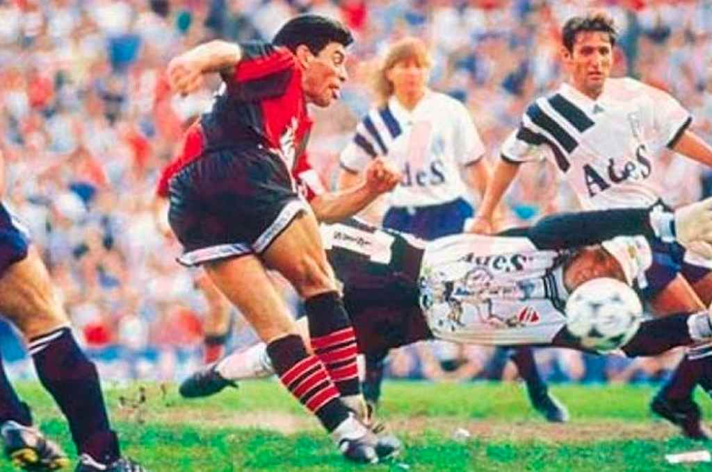Lo más destacado del 10. La tarde en que Maradona debutó, Newell´s perdió 3-1 ante Independiente en Avellaneda. No fue una muy buena actuación de Diego, pero se dio el lujo de
