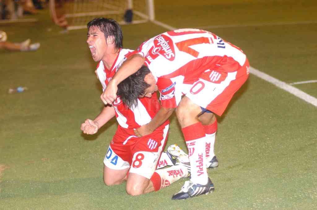 Pablo Pérez gritando el gol que hizo ante la CAI en Santa Fe, cuando jugaba para Unión, abrazado por Paulo Rosales. Crédito: Flavio Raina