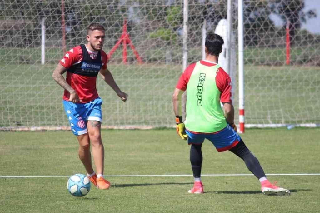Franco Troyansky domina la pelota en el entrenamiento que se realizó este viernes en Casasol. Crédito: Gentileza Prensa Club Unión