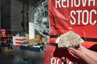 Destrozos y robo en un comercio