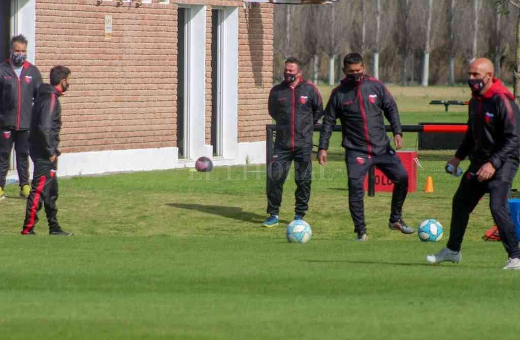 Mientras los entrenamientos siguen en el Predio, ahora el DT Domínguez apunta a jugar un amistoso. Crédito: Gentileza Prensa Club Colón