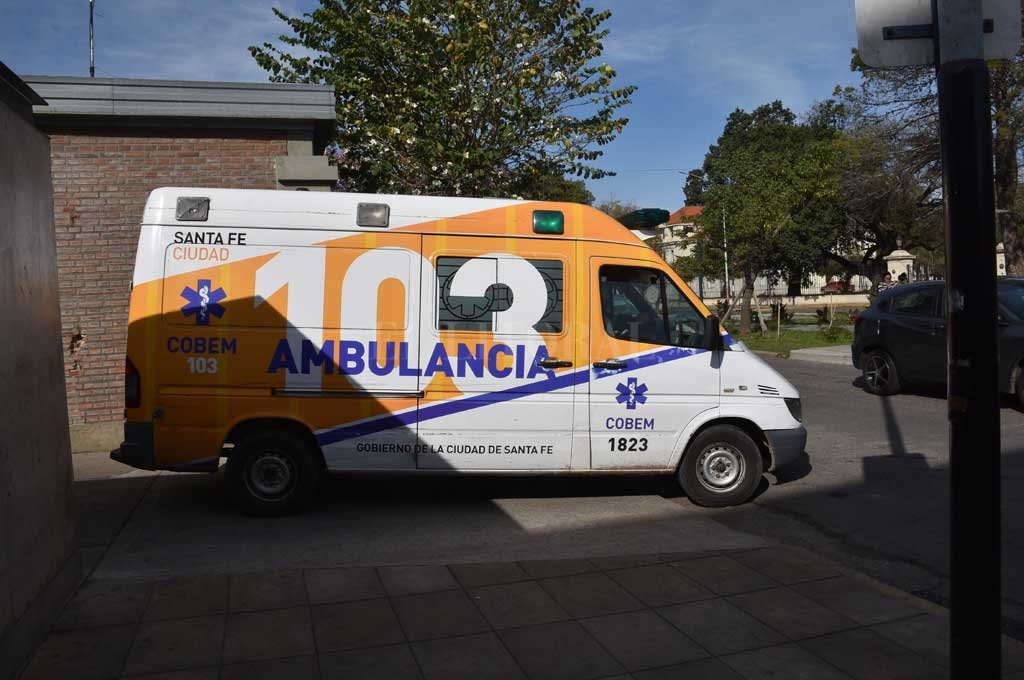 Un móvil del Cobem asistió al lesionado y lo llevó al hospital Cullen pero se negó a recibir atención médica. Crédito: Flavio Raina