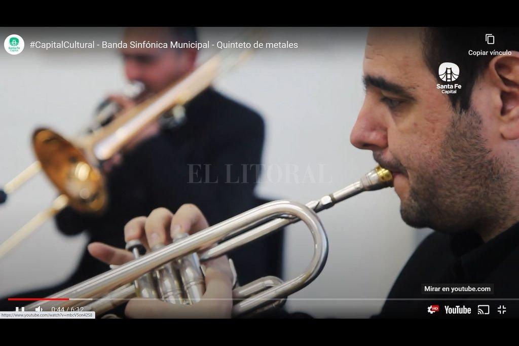 Los músicos que integran la Banda Sinfónica Municipal trabajaron desde sus casas en un principio y luego en pequeños grupos y bajo estricto cumplimiento de los protocolos, en la Mediateca. Crédito: Captura de pantalla