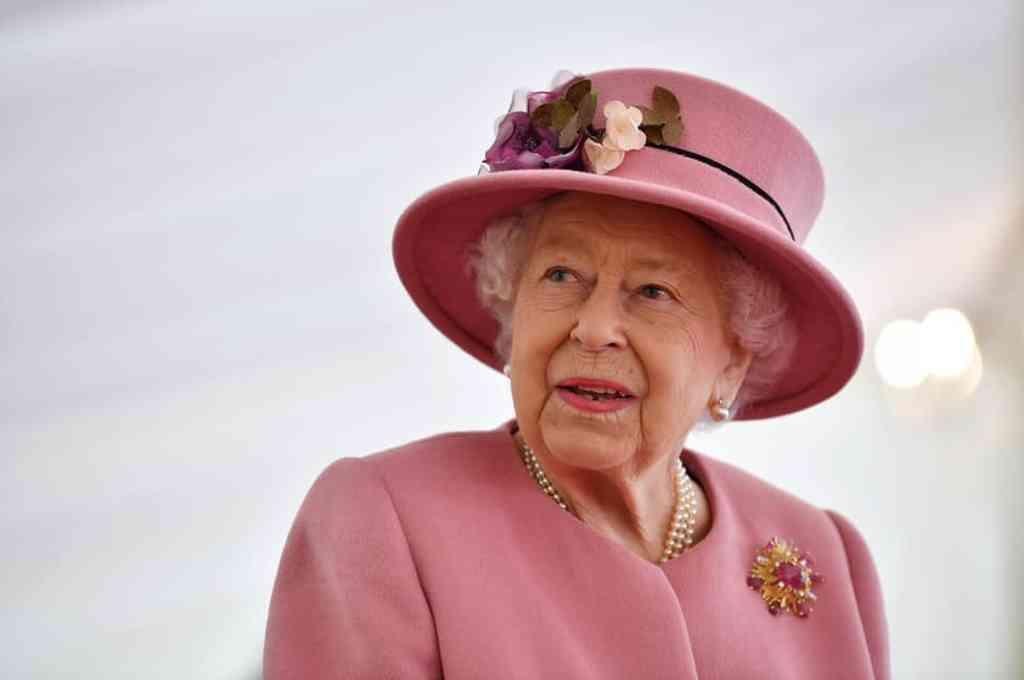 La reina Isabel II visita laboratorio militar, tras meses en casa