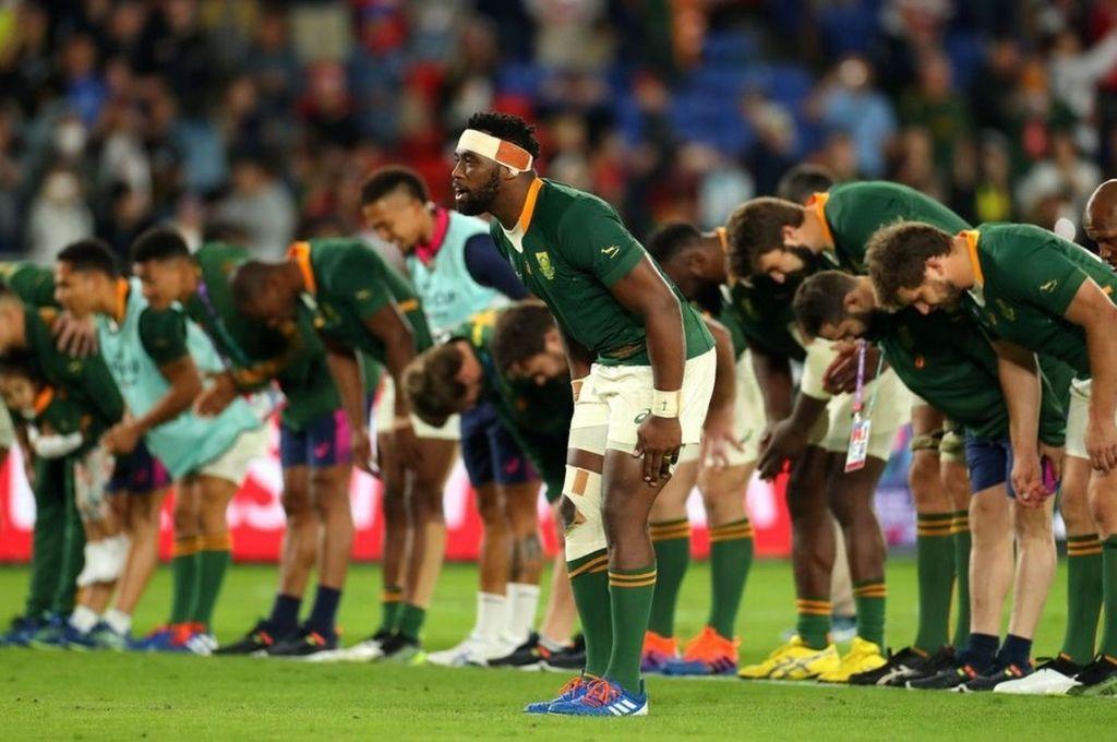Saludo final. El plantel Bokke, encabezado por el capitán, Siya Kolisi, saludando al público presente en el colmado International Stadium de Yokohama, tras consagrarse campeón de la Rugby World Cup 2019. Crédito: Archivo
