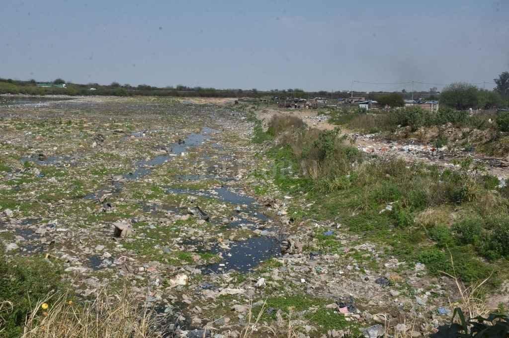 Reservorio. Tapado de basura está este sector ubicado detrás del Club de Golf del Jockey y el Hipódromo de Las Flores.   Crédito: Guillermo Di Salvatore