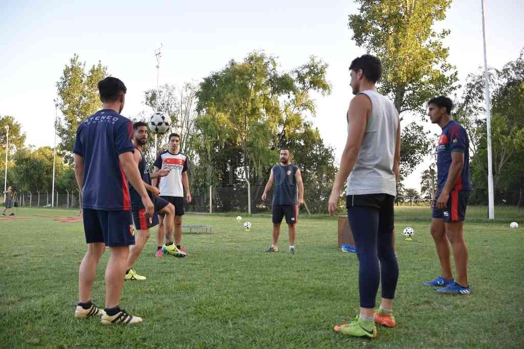 Todo vuelve. Los clubes de la Liga Santafesina de Fútbol comenzaron con las prácticas donde se vieron reflejados los protocolos correspondientes. Crédito: Manuel Fabatía