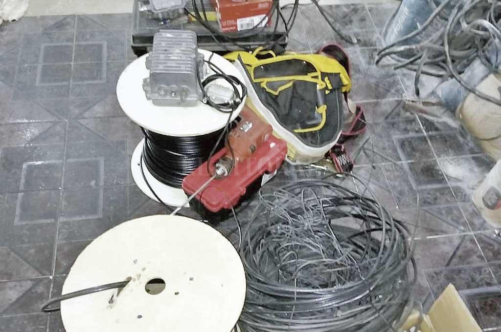 Durante los allanamientos, la policía secuestró gran cantidad de cables y otros elementos de importancia para la causa. Crédito: El Litoral