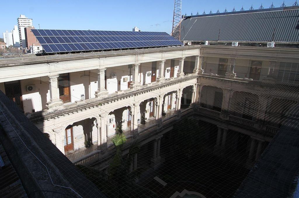 Hace cinco años que funcionan paneles fotovoltaicos para proveer una parte de la energía que necesita la Casa Gris Crédito: Archivo El Litoral