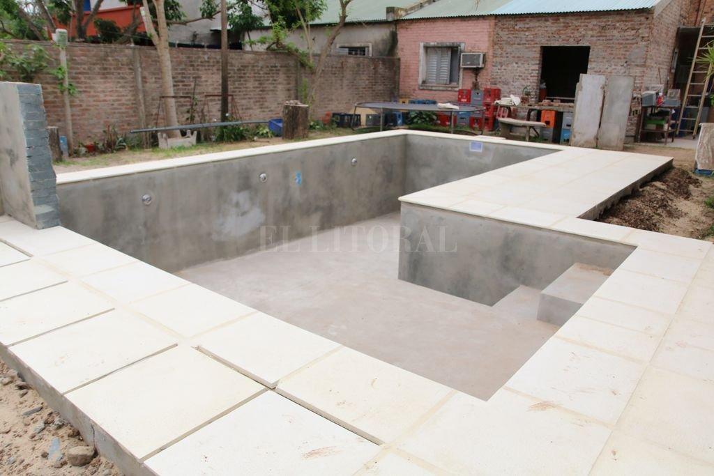 Casi lista. Este vecino va a tener la posibilidad de sofocar el calor santafesino inmerso en su piscina. Crédito: Manuel Fabatia