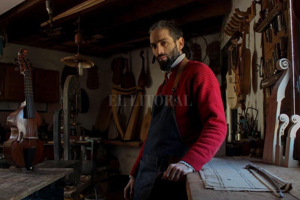 En su taller, el músico y luthier desarrolla instrumentos que permiten recrear música de distintos períodos históricos. Para eso, utiliza maderas de distintos lugares del mundo, que combina con algunas autóctonas. Crédito: Gentileza Bordas Luthier