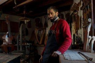 Un oficio para resucitar sonidos de otros tiempos - En su taller, el músico y luthier desarrolla instrumentos que permiten recrear música de distintos períodos históricos. Para eso, utiliza maderas de distintos lugares del mundo, que combina con algunas autóctonas. -