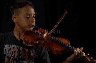 Dylan, el joven violinista santafesino, interpretó la marcha peronista y fue elogiado por Alberto Fernández  - Dylan Vullanueva, mostrando su música en un especial para El Litoral.   -