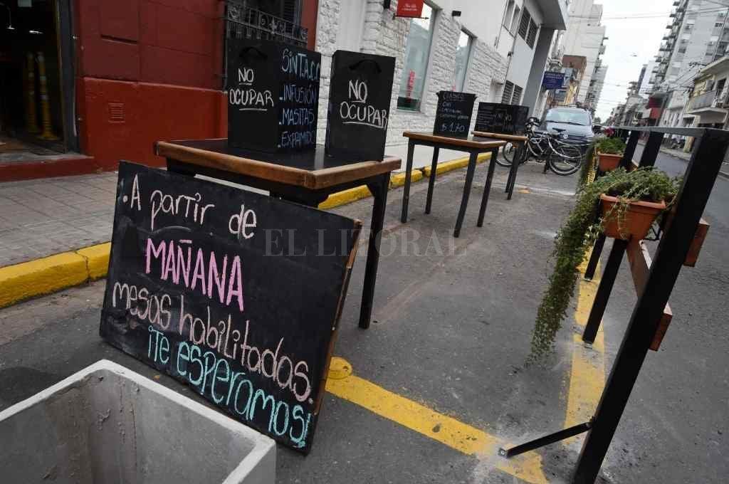 Sobre la acera. Uno de los primeros decks gastronómicos que fueron instalados en la ciudad. Es de un local ubicado en Eva Perón y San Jerónimo.     Crédito: Pablo Aguirre